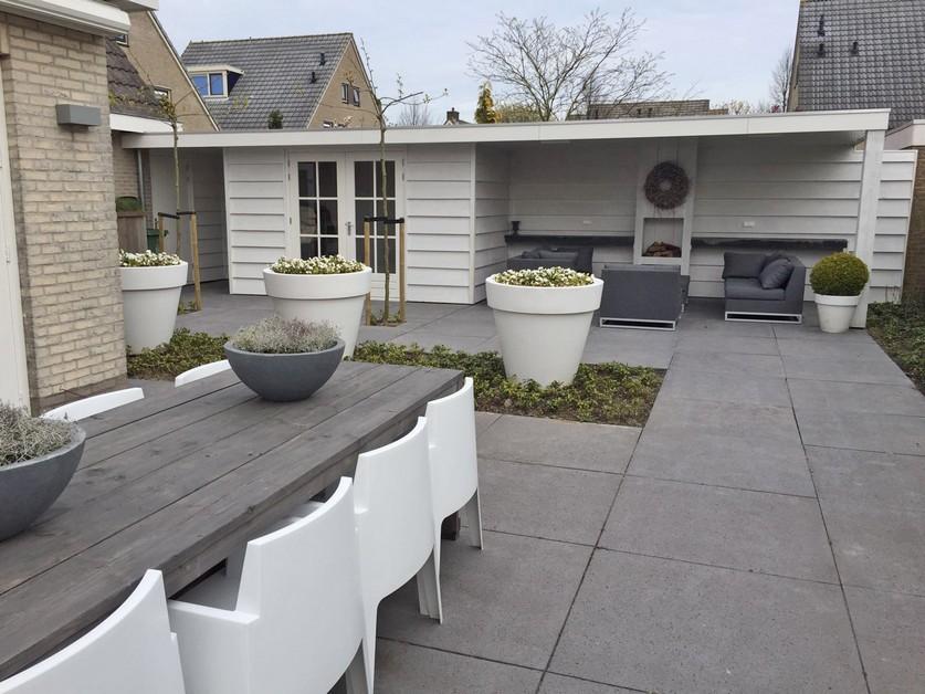 Strakke tuin met tuingebouw