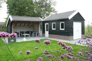 hoekvormig-tuinhuis-met-overkapping