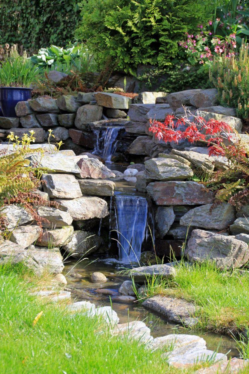 Tuin met natuurlijke beek
